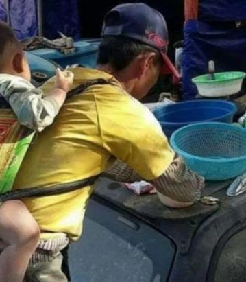 Albañil se hace viral por cargar a su hijo mientras trabaja