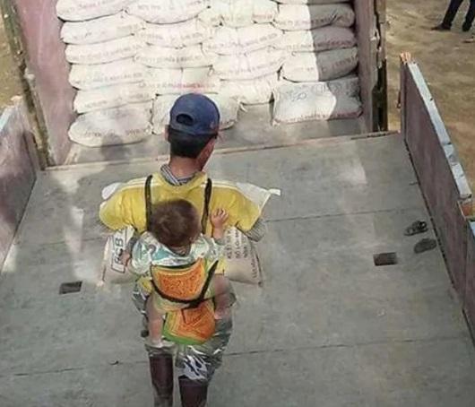 ¿Por qué el hombre carga a su hijo en la obra?
