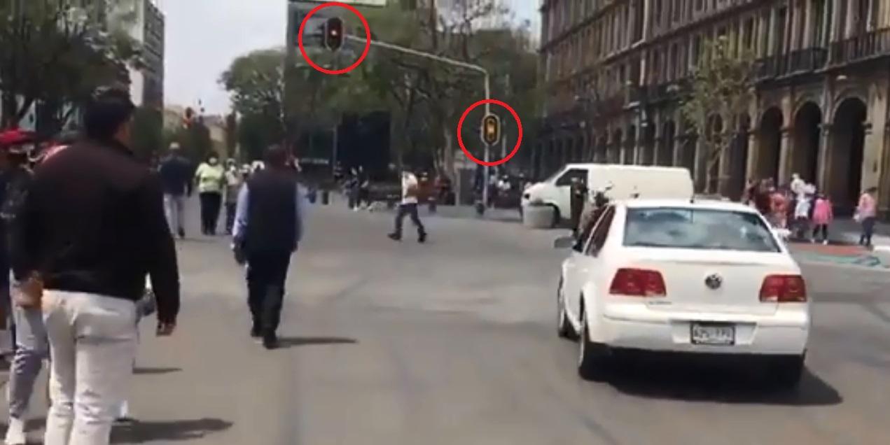 Jetta de AMLO se pasa semáforo rojo para llegar al AICM; esto debe pagar de multa