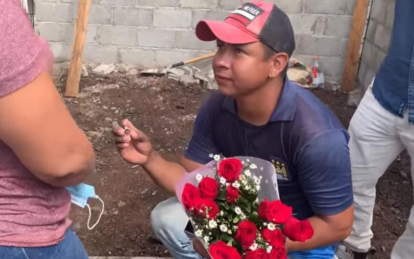 Albañil pide matrimonio a su novia en plena obra  VIDEO