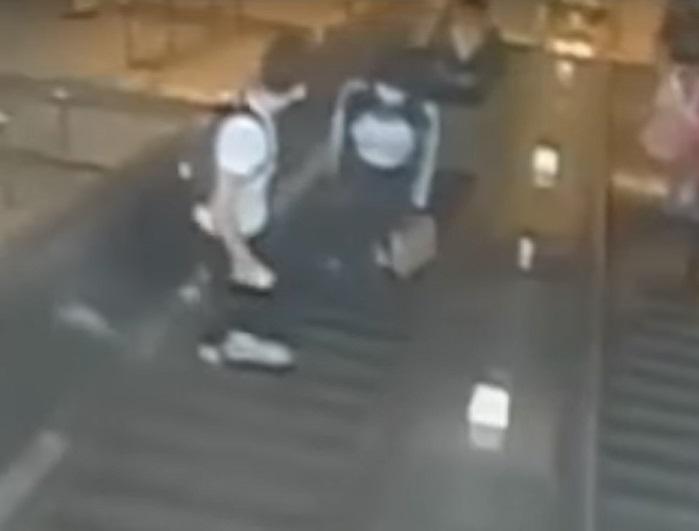 EU. Hombre patea a mujer en escaleras del Metro de NY |VIDEO