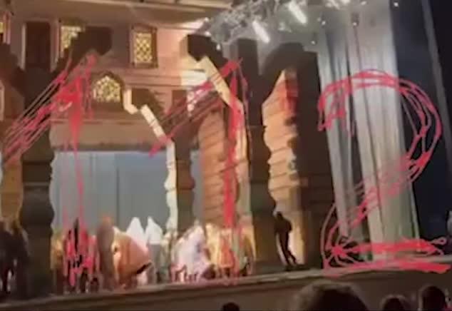 Actor muere aplastado por escenografía en plena función