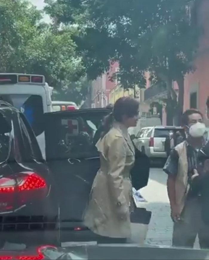Captan a Lilly Téllez en un Porsche; ella dice que se lo prestaron