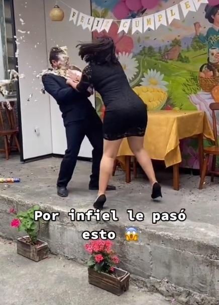 Mujer da pastelazo a novio infiel frente a mariachis |VIDEO